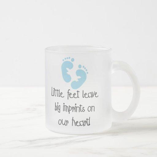 Impresiones grandes pies azules de las huellas de taza de café esmerilada