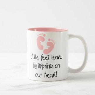 Impresiones grandes pies rosados de las huellas de taza de café de dos colores