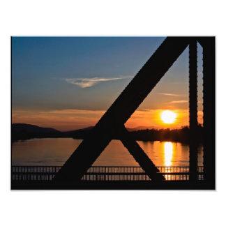 """IMPRESIONES - """"puesta del sol en el puente del río Fotografía"""