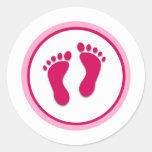 Impresiones rosadas del pie de la niña pegatina redonda