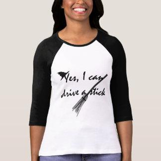 Impulsión de la bruja una camiseta divertida de playera