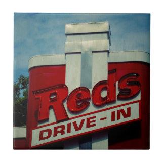 Impulsión de los rojos adentro azulejo cuadrado pequeño