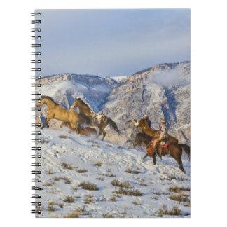 Impulsión del caballo a través de la nieve 3 spiral notebook