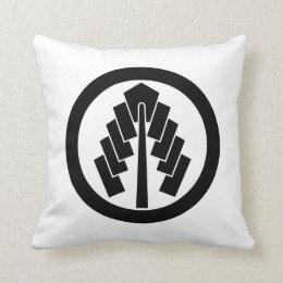 In circle 幣 throw pillow