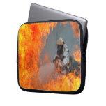 Incendios fuera de control que luchan fundas computadoras