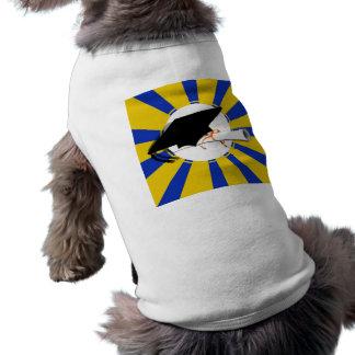 Inclinación del casquillo de la graduación con camiseta sin mangas para perro