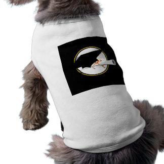 Inclinación del casquillo del graduado en fondo ne camisetas de perrito