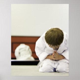 Inclinación del equipo del karate del muchacho que póster