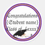 Inclinación y diploma del casquillo del graduado c etiquetas redondas