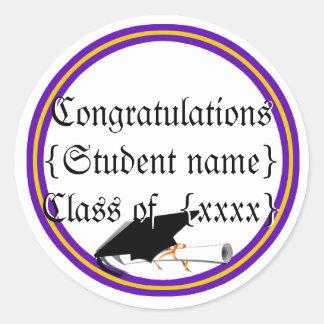 Inclinación y diploma del casquillo del graduado etiquetas redondas
