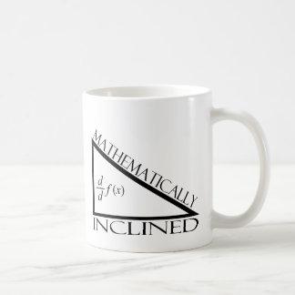 Inclinado matemáticamente taza de café
