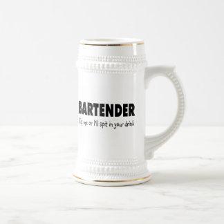 Incline me o el escupitajo enfermo en su bebida tazas de café