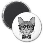 Inconformista blanco negro del gato con la imán de nevera