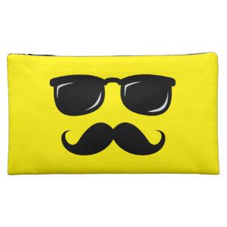 Inconformista de moda del bigote sonriente incógni