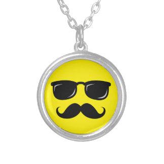 Inconformista de moda del bigote sonriente incógni colgante redondo