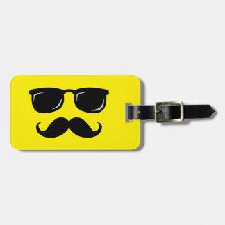 Inconformista de moda del bigote sonriente incógni etiquetas maleta
