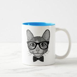 Inconformista del gato con la pajarita de los taza de dos tonos
