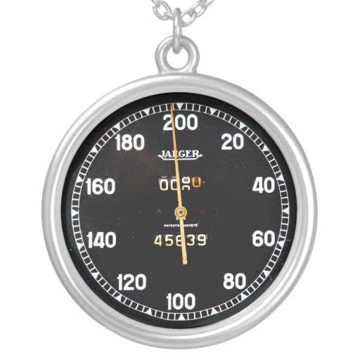 indicador viejo del velocímetro de un coche de car joyeria personalizada