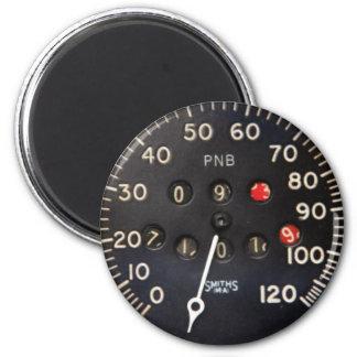indicador viejo del velocímetro de un coche de car imán