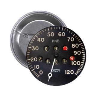 indicador viejo del velocímetro de un coche de car pins