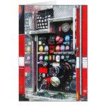 Indicadores coloridos en el coche de bomberos tarjeton