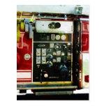 Indicadores en el coche de bomberos tarjetas postales