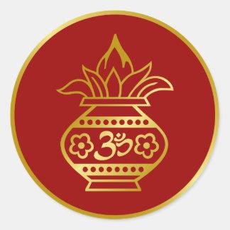 Indio Kalash con la muestra de OM Etiquetas Redondas