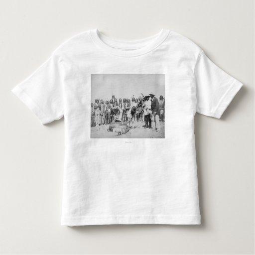 Indios de Lakota que pelan la fotografía del T Shirts