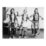 Indios del nativo americano que realizan una danza tarjetas postales