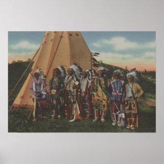 Indios del noroeste - fila de jefes indios en guer póster