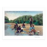 Indios que lavan la ropa en el río ruso postal