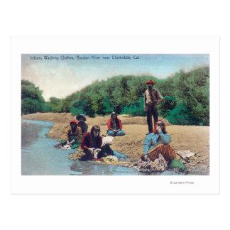 Indios que lavan la ropa en el río ruso postales