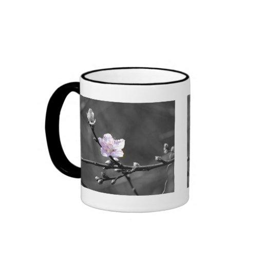 Indirecta de la flor de cerezo rosada taza de café