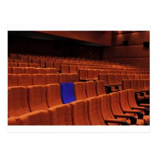Individuo azul del asiento del teatro del cine postales