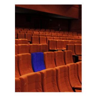Individuo azul del asiento del teatro del cine postal