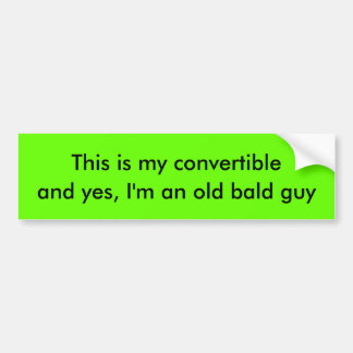 Individuo calvo en convertible etiqueta de parachoque