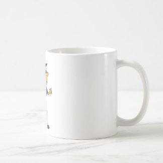 Individuo de la diversión con el gorra taza de café