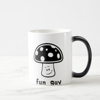 Individuo de la diversión (hongos) taza