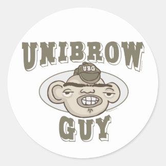 Individuo de Unibrow con el gorra Etiquetas Redondas