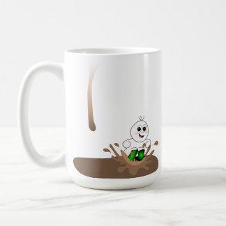 Individuo del goteo que salpica en charco del café tazas