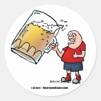 Individuo divertido con apenas una cerveza GRANDE Pegatina Redonda