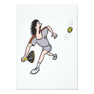 """individuo divertido que juega a tenis invitación 5"""" x 7"""""""