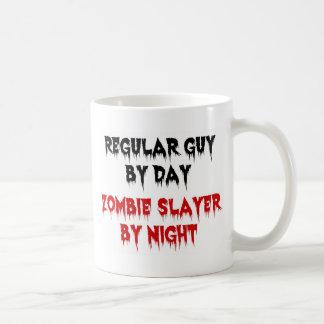 Individuo regular del asesino del zombi del día po tazas