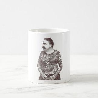 Individuo tatuado del Victorian con el bigote Taza Clásica
