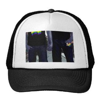 Individuos que llevan a cabo las manos gorras de camionero