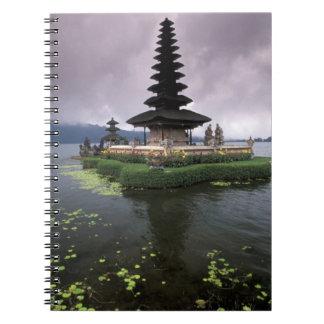 Indonesia, Bali, templo de Ulun Danu Spiral Notebooks