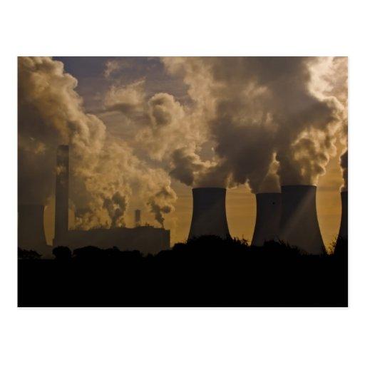 Industria que contamina la atmósfera tarjeta postal