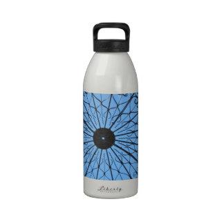 Industria siderúrgica en el cielo azul botella de agua reutilizable