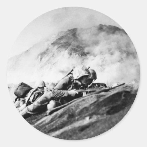 Infantes de marina de WWII en la playa de desembar Etiquetas Redondas