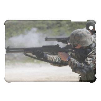 Infantes de marina que encienden las escopetas